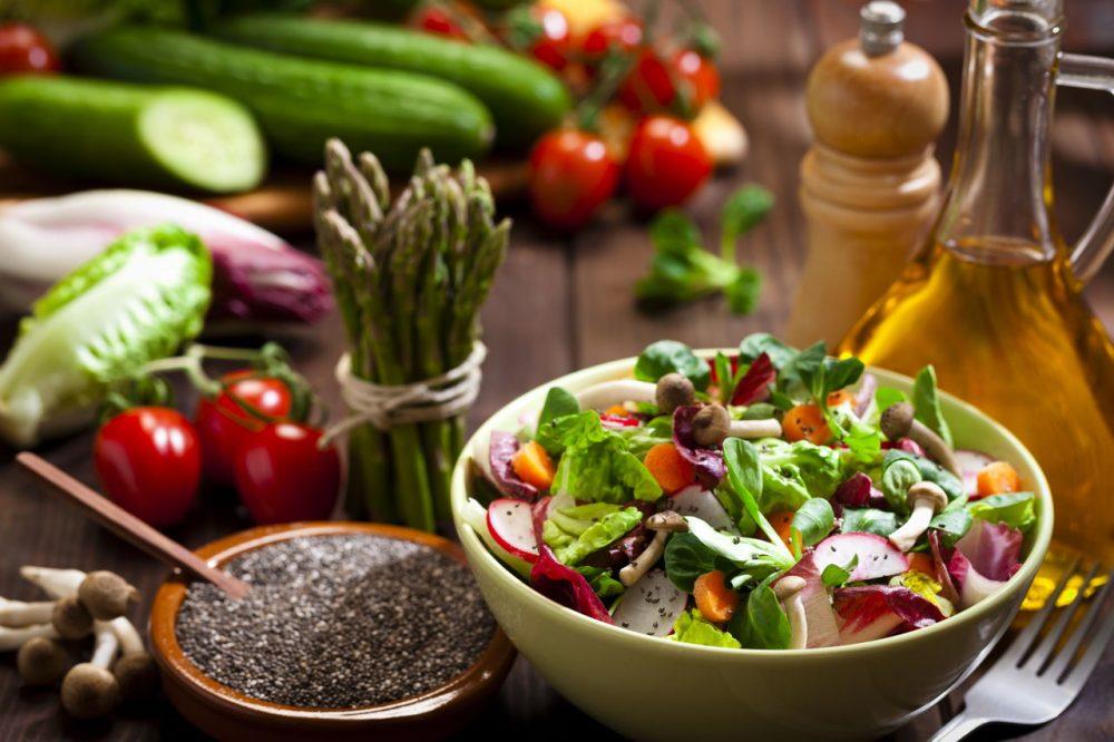 Món ăn kết hợp hạt chia với salad